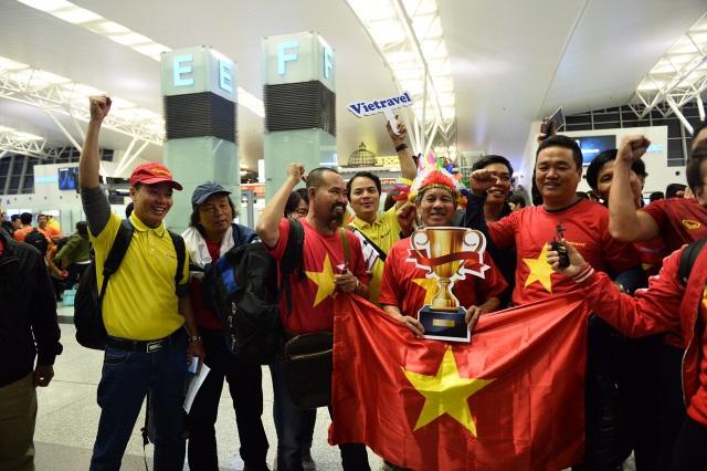 Cổ động viên mang cúp vàng sang Dubai tiếp lửa đội tuyển Việt Nam - 10