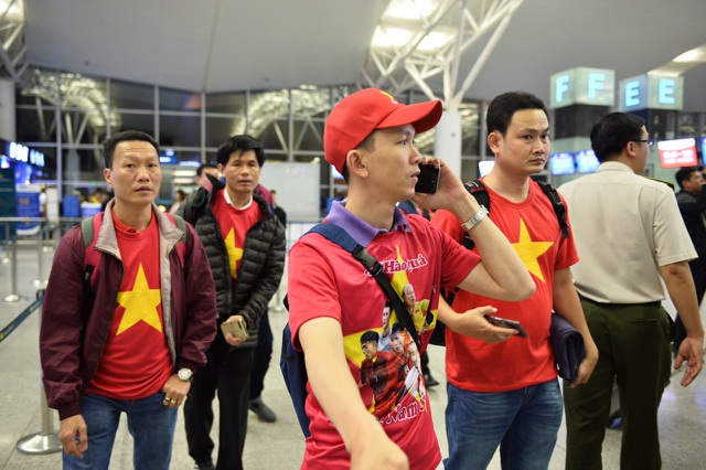 Cổ động viên mang cúp vàng sang Dubai tiếp lửa đội tuyển Việt Nam - 6