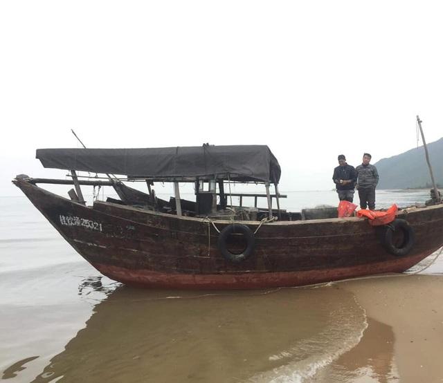 """Tàu """"lạ"""" không người lái trôi dạt vào bờ biển Hà Tĩnh - 1"""