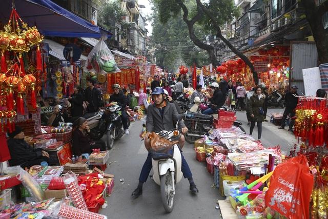 Chợ hoa phố cổ Hà Nội nhộn nhịp đón Tết - 1