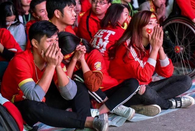Cổ động viên bật khóc khi đội tuyển Việt Nam gục ngã trước Nhật Bản - 6