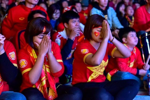 Cổ động viên bật khóc khi đội tuyển Việt Nam gục ngã trước Nhật Bản - 8