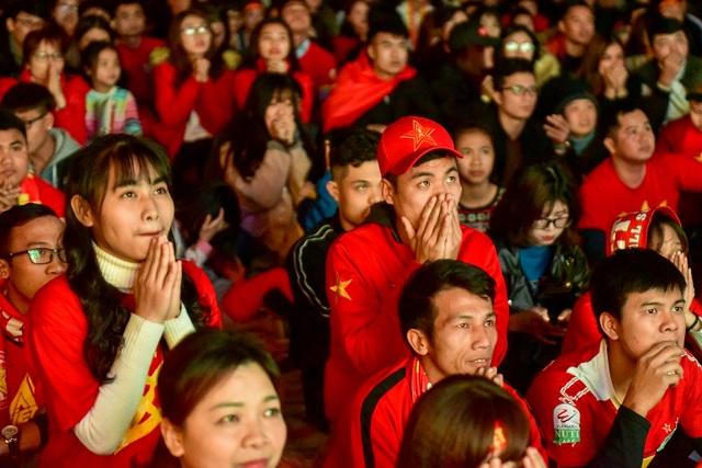 Cổ động viên bật khóc khi đội tuyển Việt Nam gục ngã trước Nhật Bản - 4