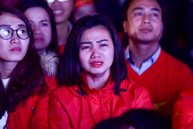 Cổ động viên bật khóc khi đội tuyển Việt Nam gục ngã trước Nhật Bản - 11