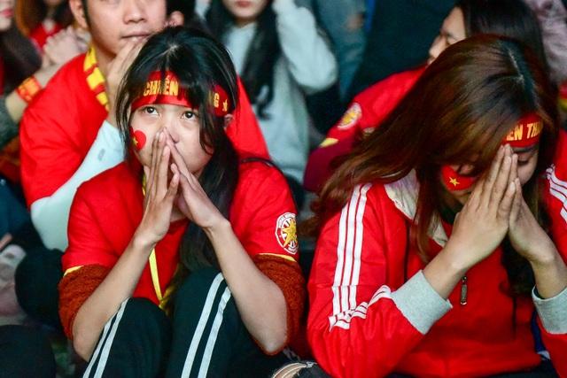 Cổ động viên bật khóc khi đội tuyển Việt Nam gục ngã trước Nhật Bản - 10