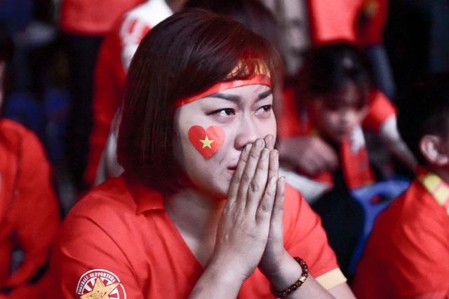Cổ động viên bật khóc khi đội tuyển Việt Nam gục ngã trước Nhật Bản - 12