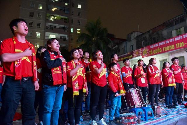 Cổ động viên bật khóc khi đội tuyển Việt Nam gục ngã trước Nhật Bản - 3