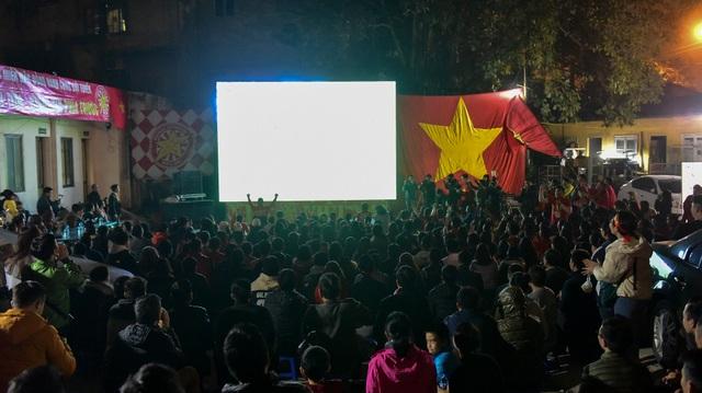 Cổ động viên bật khóc khi đội tuyển Việt Nam gục ngã trước Nhật Bản - 1