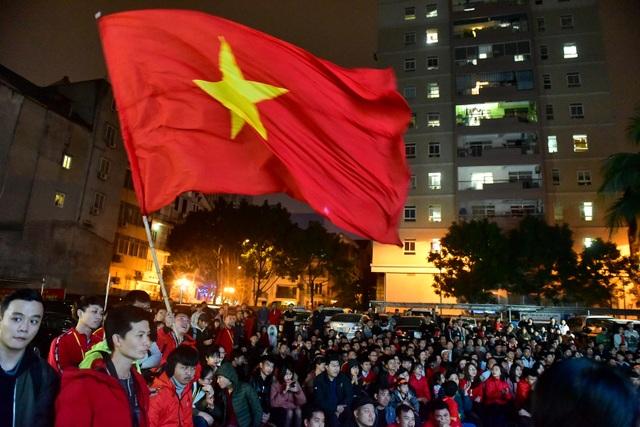 Cổ động viên bật khóc khi đội tuyển Việt Nam gục ngã trước Nhật Bản - 2