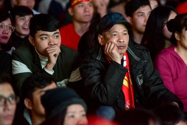 Cổ động viên bật khóc khi đội tuyển Việt Nam gục ngã trước Nhật Bản - 5