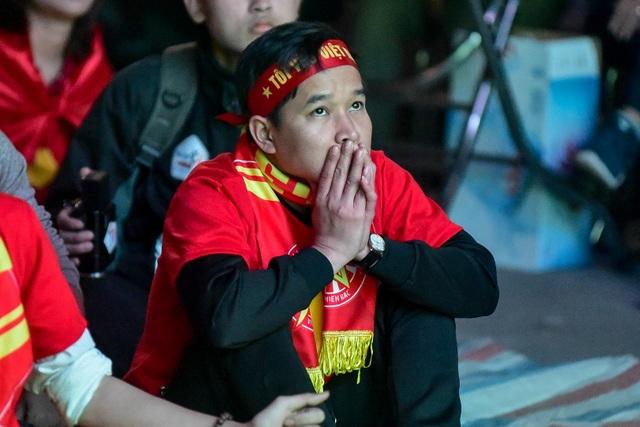 Cổ động viên bật khóc khi đội tuyển Việt Nam gục ngã trước Nhật Bản - 9