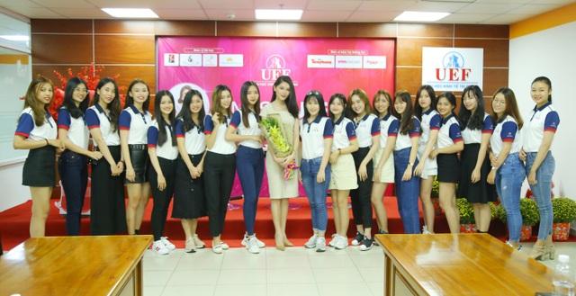 """Á hậu Thùy Dung xuất hiện nền nã trong chương trình """"tiếp lửa"""" cho Miss UEF 2019 - 1"""