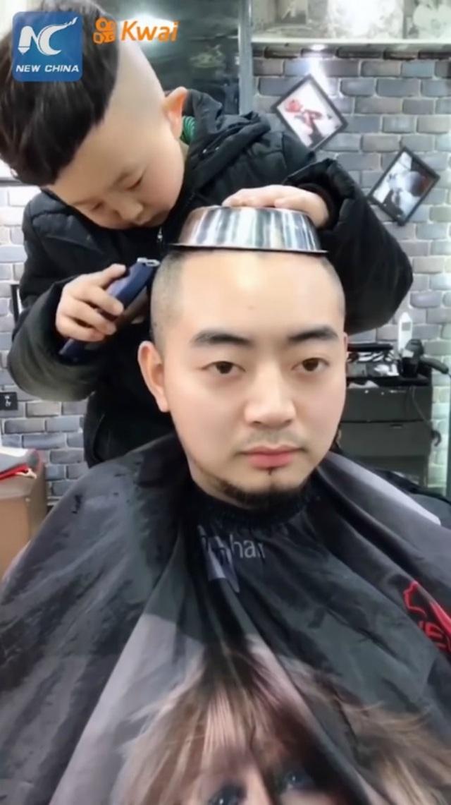 Cậu bé 6 tuổi làm tóc không thua gì thợ chuyên nghiệp khiến dân mạng phát cuồng - 2