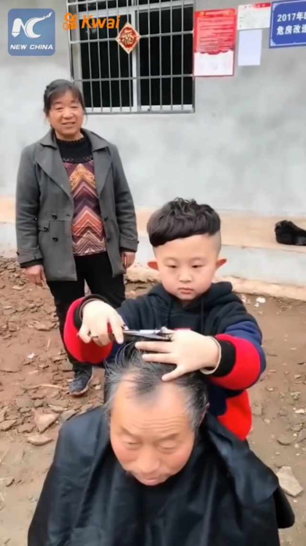Cậu bé 6 tuổi làm tóc không thua gì thợ chuyên nghiệp khiến dân mạng phát cuồng - 4