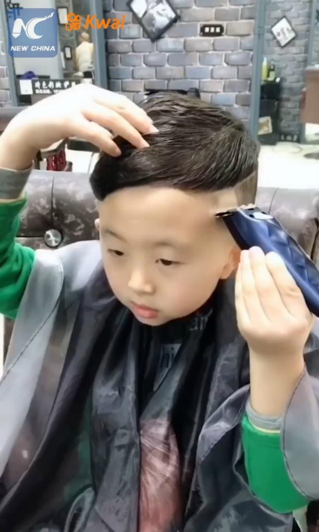 Cậu bé 6 tuổi làm tóc không thua gì thợ chuyên nghiệp khiến dân mạng phát cuồng - 6