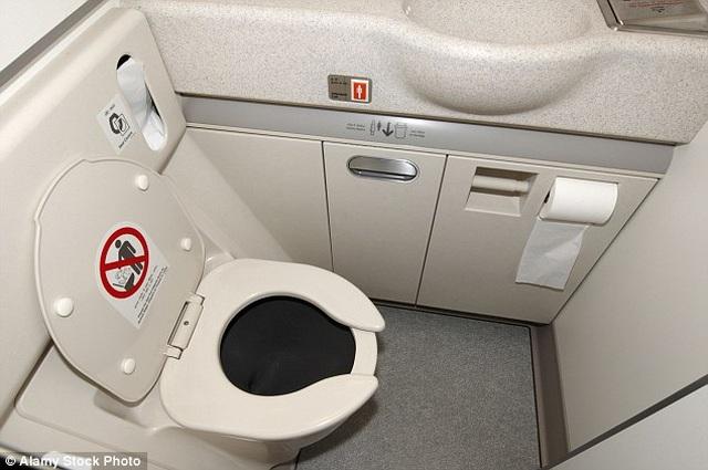 Nhà vệ sinh trên máy bay có thể mở từ bên ngoài, dù bên trong... đã khóa chặt - 1