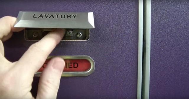 Nhà vệ sinh trên máy bay có thể mở từ bên ngoài, dù bên trong... đã khóa chặt - 2