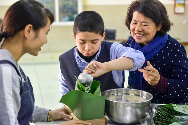 Hà Nội: Trẻ khuyết tật gói bánh chưng đón Tết sớm cùng người thân - 4
