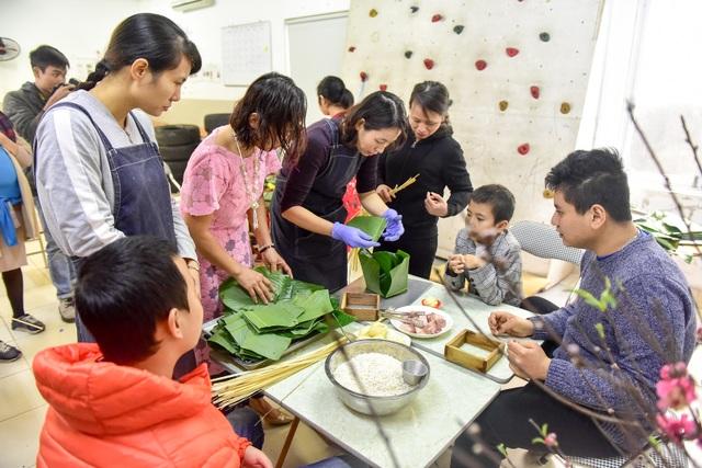 Hà Nội: Trẻ khuyết tật gói bánh chưng đón Tết sớm cùng người thân - 2