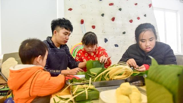 Hà Nội: Trẻ khuyết tật gói bánh chưng đón Tết sớm cùng người thân - 8