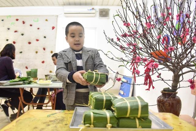 Hà Nội: Trẻ khuyết tật gói bánh chưng đón Tết sớm cùng người thân - 11