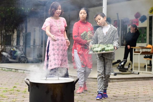 Hà Nội: Trẻ khuyết tật gói bánh chưng đón Tết sớm cùng người thân - 13