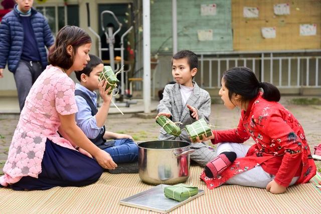 Hà Nội: Trẻ khuyết tật gói bánh chưng đón Tết sớm cùng người thân - 12