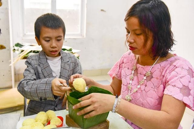 Hà Nội: Trẻ khuyết tật gói bánh chưng đón Tết sớm cùng người thân - 5