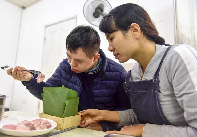 Hà Nội: Trẻ khuyết tật gói bánh chưng đón Tết sớm cùng người thân - 6