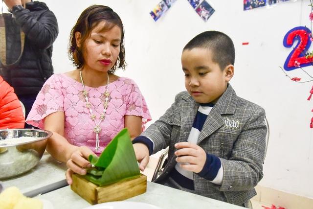 Hà Nội: Trẻ khuyết tật gói bánh chưng đón Tết sớm cùng người thân - 7