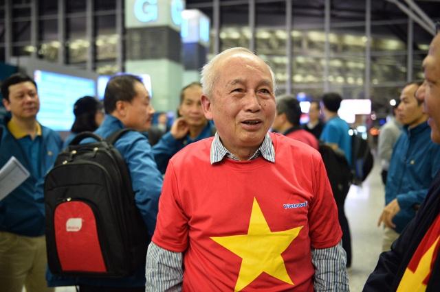 Cổ động viên mang cúp vàng sang Dubai tiếp lửa đội tuyển Việt Nam - 9