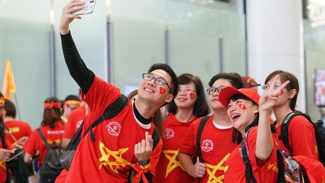 Cổ động viên mang cúp vàng sang Dubai tiếp lửa đội tuyển Việt Nam - 2