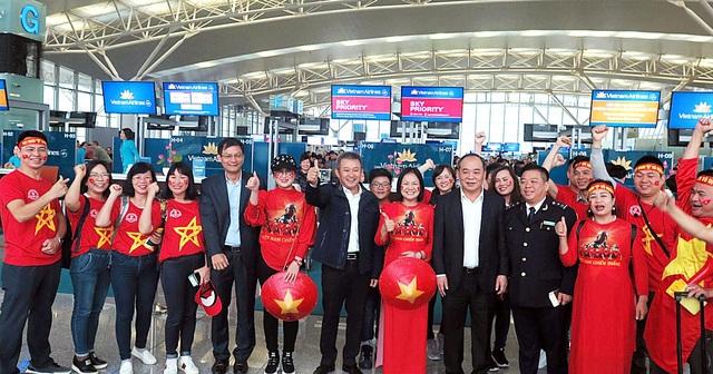 Cổ động viên mang cúp vàng sang Dubai tiếp lửa đội tuyển Việt Nam - 5
