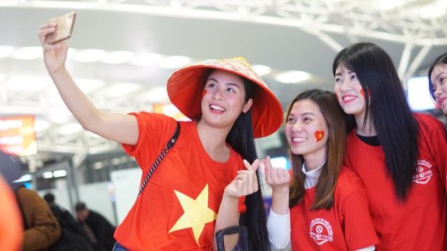 Cổ động viên mang cúp vàng sang Dubai tiếp lửa đội tuyển Việt Nam - 4