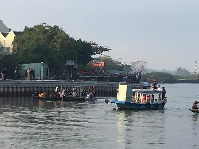 Ô tô lao xuống sông, 3 người trong gia đình du khách Hà Nội mất tích - 1