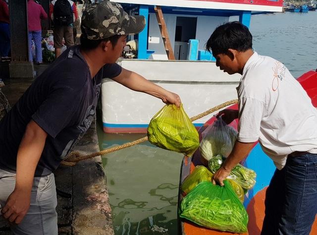 Ngư dân mang gà, heo, dưa kiệu... ra biển ăn Tết - 4