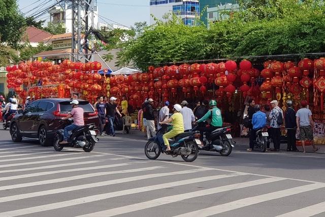 Nha Trang: Sắc xuân ngập tràn phố biển, du khách háo hức dạo phố - 10