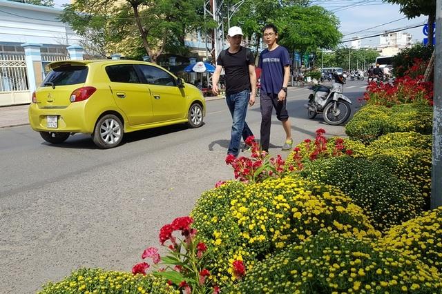 Nha Trang: Sắc xuân ngập tràn phố biển, du khách háo hức dạo phố - 2