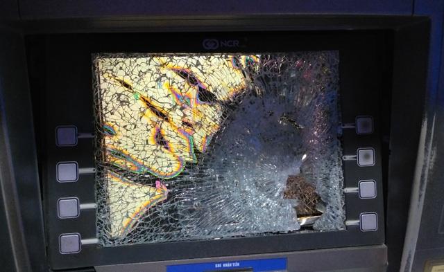 Nam thanh niên bất ngờ đập vỡ nát màn hình máy ATM - 1
