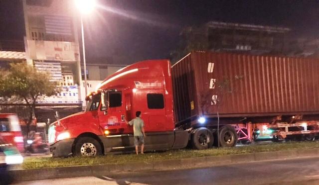 Tài xế có dấu hiệu bất thường, lái xe container lao lên dải phân cách - 2