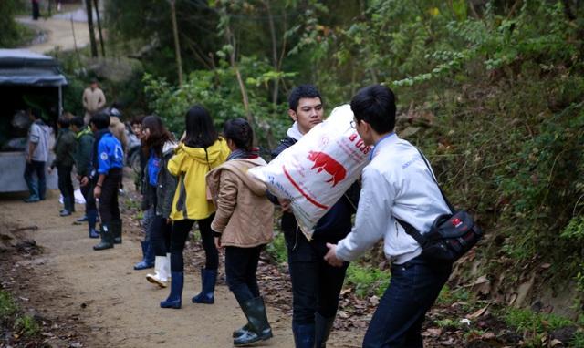 Sinh viên ĐH Kinh tế quốc dân mang Tết đến bản nghèo Khau Thán - 1