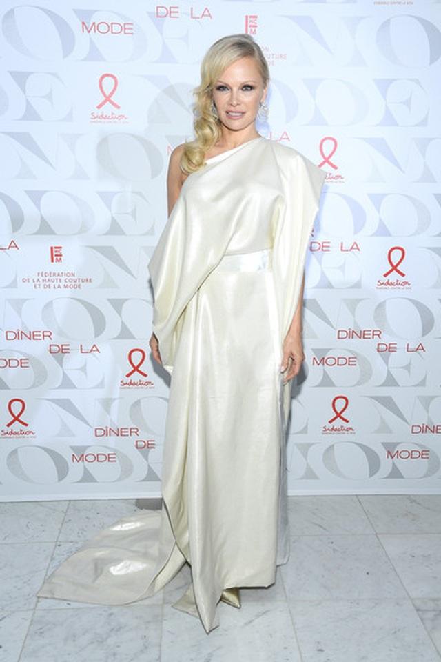 Pamela Anderson vẫn gợi cảm ở tuổi 52 - 2