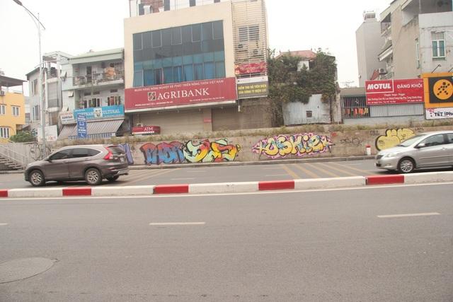ve trom graffiti tren duong Nghi Tam.JPG