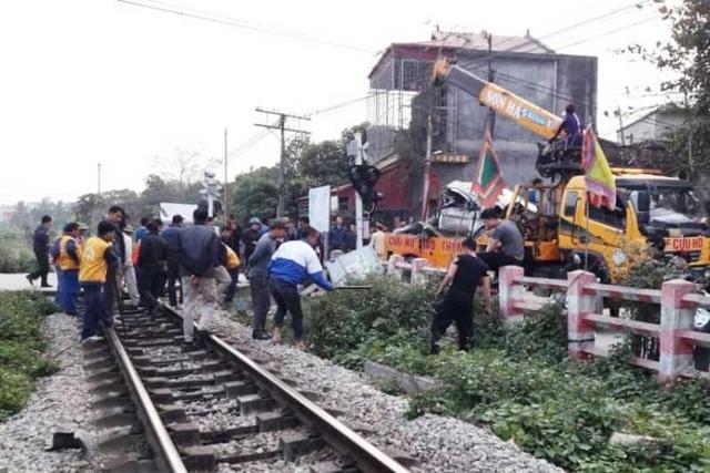 Ô tô chết máy mắc kẹt trên đường ray, bị tàu tông nát bét - 4