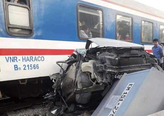 Ô tô chết máy mắc kẹt trên đường ray, bị tàu tông nát bét - 1