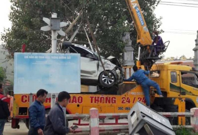 Ô tô chết máy mắc kẹt trên đường ray, bị tàu tông nát bét - 3