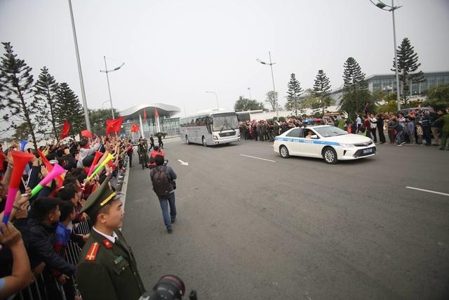 [ẢNH] Người hâm mộ háo hức chờ đón đội tuyển Việt Nam trở về - 16