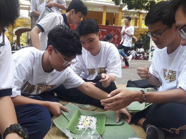 Học trò Sài thành được trải nghiệm gói, nấu bánh chưng ngay tại trường - 3