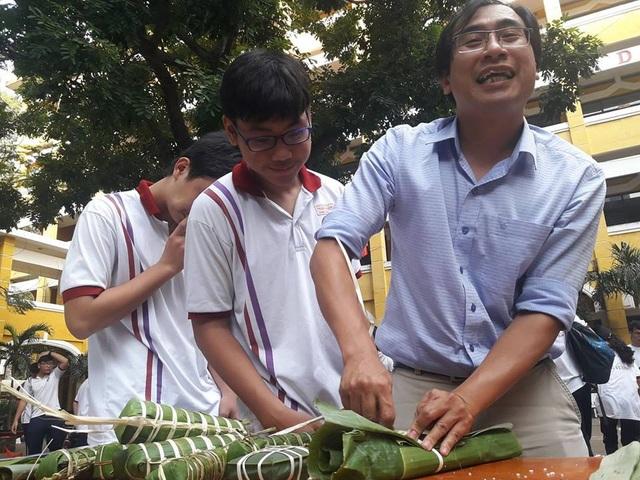 Học trò Sài thành được trải nghiệm gói, nấu bánh chưng ngay tại trường - 1