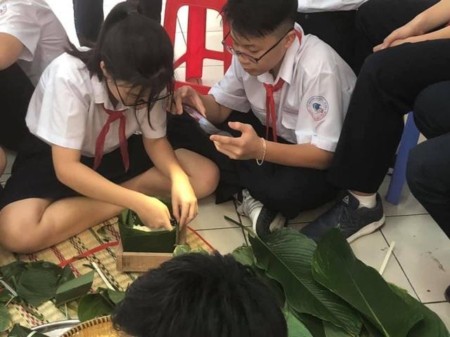 Học trò Sài thành được trải nghiệm gói, nấu bánh chưng ngay tại trường